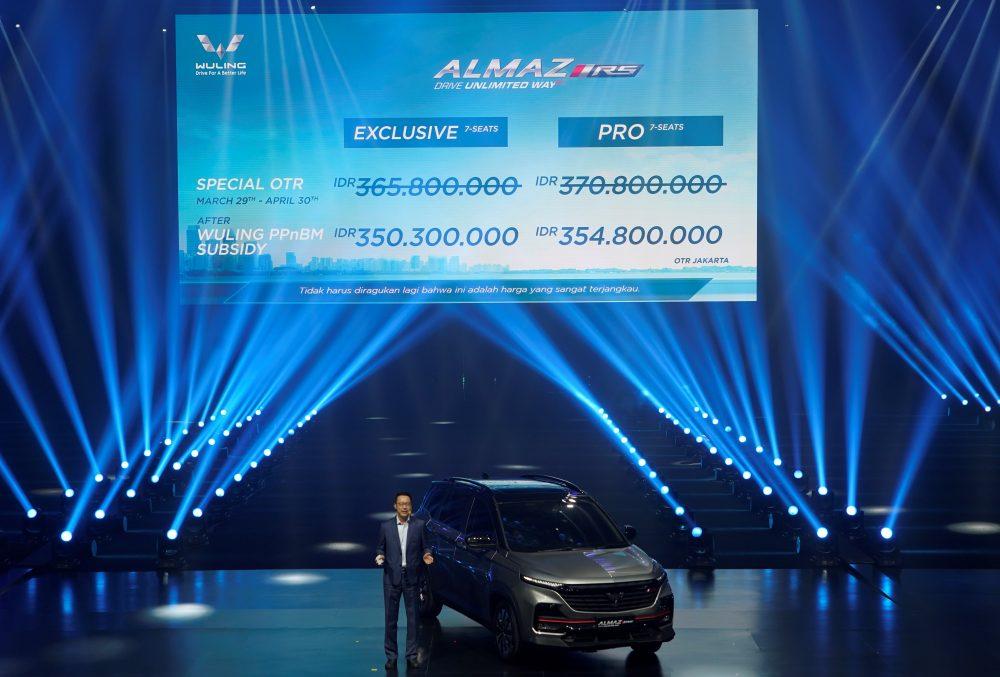 James Wu selaku Chief Financial Officer Wuling Motors memperkenalkan harga OTR Wuling Almaz RS 1000x677